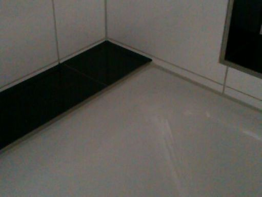 Silikonfuge im Sanitärbereich (Wanne) / Silicone joint in the range of sanitary (bathtube)