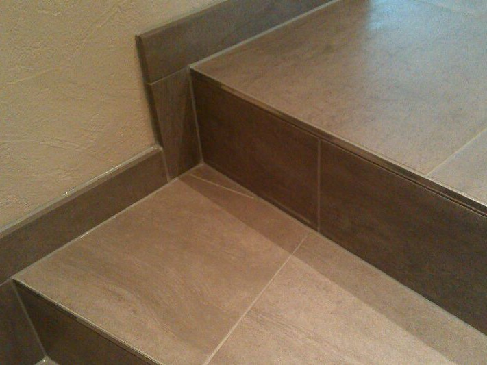Silikonbodenfuge im Treppenbereich / Silicone floor joint in the range of stairs