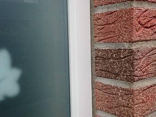 Fassaden-Anschlussfuge, besandet / Connecting joint at facades, sanded