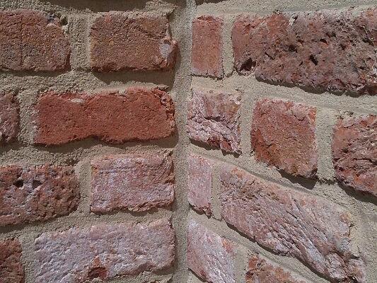 Mauerwerksdehnungsfuge, besandet / Expansion joint of wall, sanded