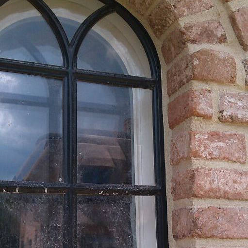 Fensteranschlussfuge von außen besandet / Window connecting joint from the outside sanded
