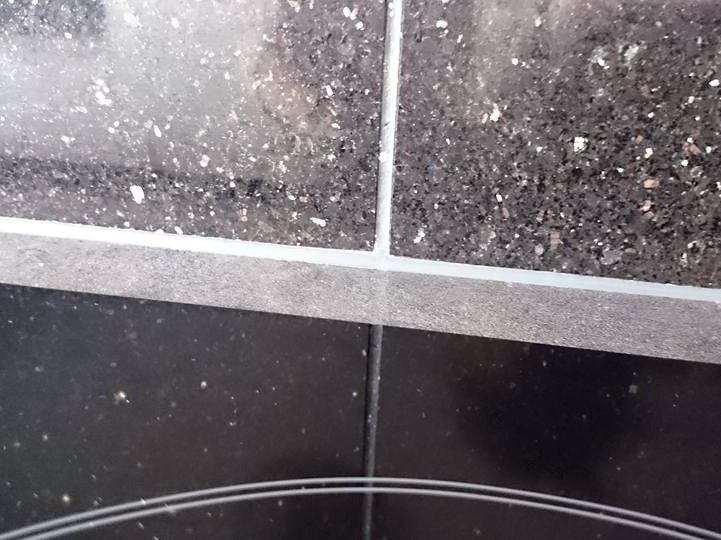 Versiegelung zwischen Wandfliese und Küchenarbeitsplatte / sealing between granite wall tile and kitchen worktop in plastic surface coating